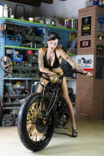 Eva Blackhell con Shovelhead D-24k