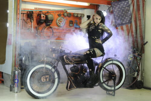 Zully Redvelvet con Indian Scout 1927 Iceman Boardtracker